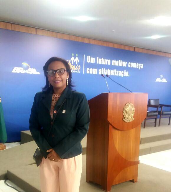 Dirigente Municipal de Educação de Lajeado representa o presidente da Undime/TO em cerimônia no Palácio do Planalto.